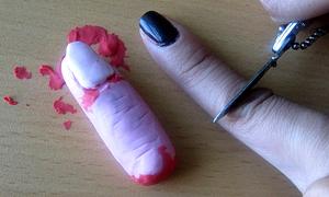 Ngón tay rỉ máu làm móc treo điện thoại