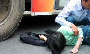 Xe buýt cán nát đùi một sinh viên