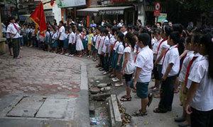 Học sinh thủ đô chào cờ giữa lòng đường