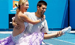 Novak Djokovic khiêu vũ trên... sân tennis