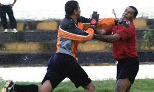 Trọng tài đâm dao xuyên tim cầu thủ