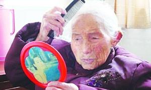 Cụ bà 104 tuổi không rời tay khỏi gương, lược