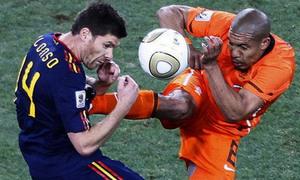 Những cú 'kungfu kinh điển' của bóng đá thế giới