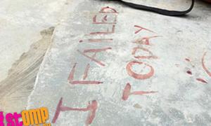 Hỏng thi, teen boy viết chữ bằng máu