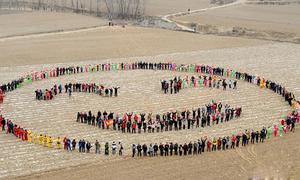 Hơn 700 người xếp hình mặt cười khổng lồ