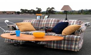 Xe máy sofa lăn bon bon trên phố