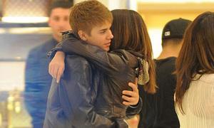 Justin Bieber và Selena âu yếm nhau trên phố