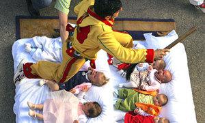 Thót tim với lễ hội nhảy qua đầu trẻ con