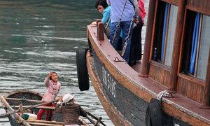 Độc chiêu đeo bám khách du lịch trên vịnh Hạ Long
