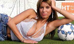 Người đẹp Playboy gọi tên Ronaldo, Messi trong bài hát