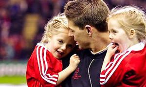 Steven Gerrard bất ngờ 'ghi bàn' ngoạn mục