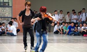 Vừa 'phiêu' violin vừa trượt inline skate