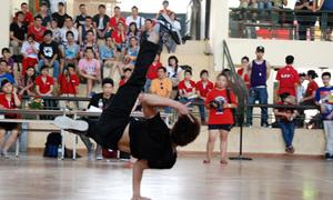 Hơn 200 chân nhảy 'tập kích' ĐH Ngoại thương