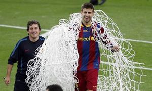Barca vô địch, Pique 'trộm' lưới Wembley làm kỉ niệm