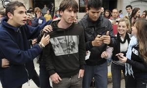 Lionel Messi bị fan tung nắm đấm vào mặt