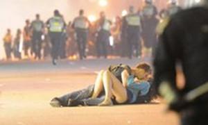Cặp đôi vô tư yêu trong bạo loạn