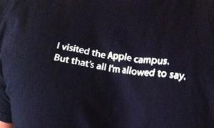 Dòng chữ hài hước trên áo lưu niệm của Apple