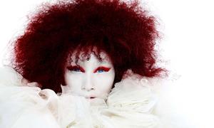 Huyền Trang mặt trắng bệch, tóc đỏ rối bù