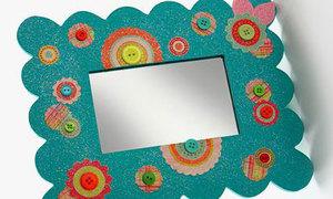 Cách tút lại khung ảnh cũ từ giấy bọc quà và cúc áo
