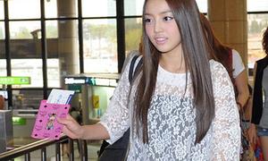 Kara ra sân bay cũng xinh như lên sân khấu