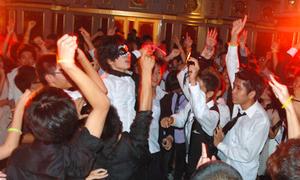 Amsers nhảy tung giày trong dạ tiệc đầu năm