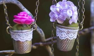 Chậu hoa xinh làm mặt dây chuyền nổi bần bật