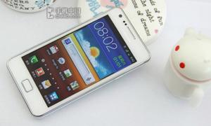 Cận cảnh Samsung Galaxy S II màu trắng lung linh