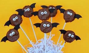 Chú dơi đen xì bay nháo nhác trong đêm lễ hội ma