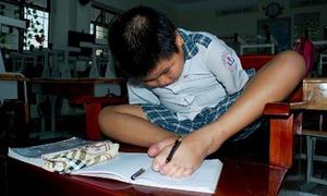 Bé lớp 5 không tay vẫn viết chữ, quét nhà