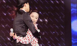 Trấn Thành 'cưỡng hôn' bạo lực trên sân khấu
