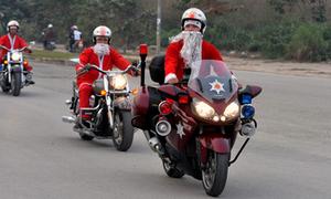 Ông già Noel cưỡi mô tô khủng đi phát quà