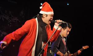 Ông già Noel hát rock máu lửa