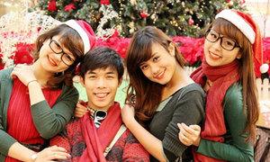 Teens 'rồng rắn' pose hình trước Noel