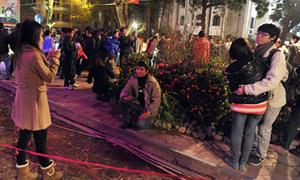 'Phá rào' để chụp ảnh ở phố hoa Hà Nội