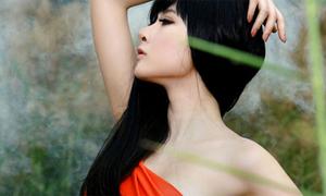 'Bà mẹ nhí' Phương Trinh vai trần hờ hững