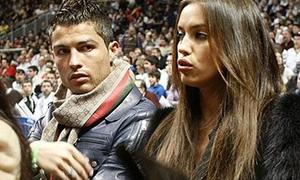 Ronaldo hôn hít bồ trên sân bóng rổ