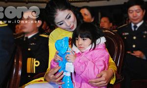 Ngọc Hân hồn nhiên chơi búp bê cùng bé khuyết tật