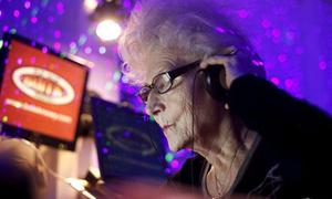 Cụ bà 73 làm DJ hoành tráng