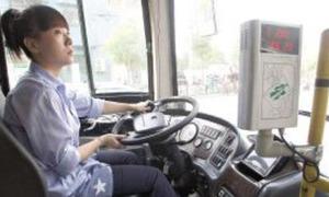Nữ tài xế xe buýt xinh đẹp liên tục được hành khách làm quen