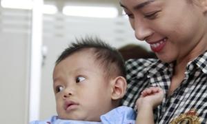 Ngô Thanh Vân say sưa bế em bé