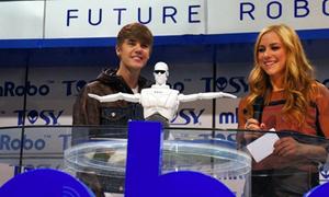 Justin Bieber say sưa trình diễn robot Việt Nam