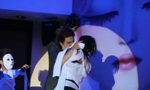 Tăng Nhật Tuệ hôn cuồng nhiệt trên sân khấu