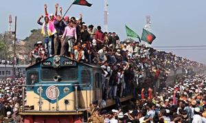Hàng vạn người chen chúc chiếm chỗ toa tàu hỏa