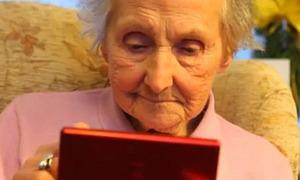 Clip cụ bà 100 tuổi chơi game thoăn thoắt