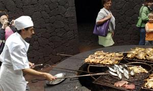 Nướng thịt nóng hổi ngay trên miệng núi lửa