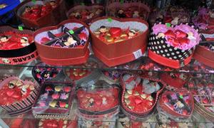 Mẹ quẳng quà Valentine của mình vào thùng rác