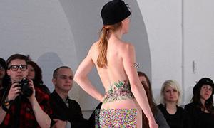 Mẫu nude trình diễn tại Tuần thời trang London