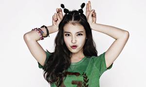 IU pose hình nhí nhảnh với style khỏe khoắn