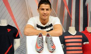 Phát thèm trước bộ sưu tập giầy đủ sắc màu của Ronaldo
