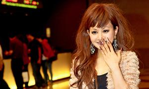 MC Việt Nga khoe 'vuốt' khủng cùng dàn sao teen